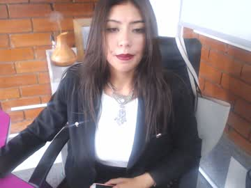 [05-09-19] salome_paz record video with toys